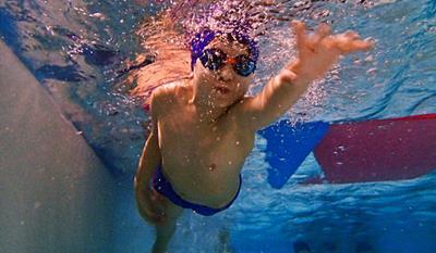 Nauka pływania dla dzieci na basenie Politechniki Gdańskiej. Dzieci początkujące zaczynają od oswojenia się z wodą. Po oswojeniu z wodą rozpoczynamy naukę pływania stylem ....