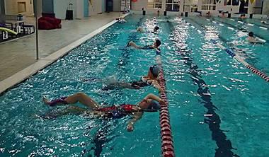 czym jest hydro fitness gdansk - Fitness w wodzie wpływa również na rozluźnienie mięśni, a to zapobiega kontuzjom. Jest to forma bezpieczna nawet dla osób: z nadwagą, z osteoporozą, po przebytych urazach układu ruchu. Efektem wszystkich ćwiczeń jest pobudzenie przede wszystkim układu krążenia, oddechowego i układu ruchu.