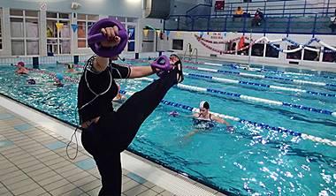 czym jest hydro fitness w gdansku - Zajęcia hydro fitness są przeznaczone dla osób, które czują się komfortowo na dużym basenie. Ćwiczenia wykonujemy w pasach wypornościowych, które utrzymują nasze ciało zanurzone do wysokości barków.