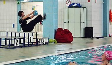 Czym jest hydro fitness w Gdańsku Podczas naszych zajęć korzystamy z wielu różnych przyrądów do ćwiczeń, które umożliwiają nam wykonanie bardziej skomplikowane i efektywne ćwiczenia oraz urozmaicają nam zajęcia aby były one zawsze ciekawe i przyjemne.