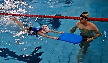 indywidualne oraz grupowe lekcje plywania dla dzieci mlodziezy i doroslych gdansk - Indywidualne lekcje pływania i kursy pływania w Gdańsku dla dzieci, młodzieży i dorosłych doststępne na każdym poziomie zaawansowania (nauka pływania od podstaw, doskonalenie pływania i treningi pływackie). Lekcje i kursy indywidualne przeznaczone są dla osób, które chcą szybko nauczyć się pływać, odczuwają znaczny lęk przed wodą, chcą poprawić technikę pływania i skorygować błędy, nauczyć się wybranego stylu pływania, skoku startowego lub nawrotów, przygotować się do egzaminu z pływania, bądź też chcą mieć swojego osobistego trenera pływania.