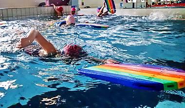 """Na lekcje pływania na małym basenie zapraszamy dzieci początkujące, jak i dzieci oswojone z wodą oraz dzieci posiadające podstawowe umiejętności pływackie. Dzieci uczymy w grupach: początkującej, średnio-zaawansowanej i zaawansowanej. Podczas naszych zajęć dzieci oswajają się z wodą, a następnie uczą się pływania stylem dowolnym – """"kraulem"""", grzbietowym i klasycznym – """"żabka"""". Po ukończeniu tego etapu mali pływacy awansują do grupy doskonalącej pływanie na dużym basenie."""