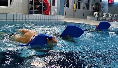 """nauka plywania dla mlodziezy i doroslych gdansk - Lekcje pływania na małym basenie przeznaczone są dla osób początkujących jak i posiadających podstawowe umiejętności pływackie. Podczas naszych zajęć oswajamy się z wodą oraz uczymy się prawidłowej techniki pływania stylem dowolnym – """"kraulem"""", grzbietowym i klasycznym – """"żabką"""". Po ukończeniu tego etapu kontynuujemy naukę w grupie doskonalącej pływanie na dużym basenie. Lekcje prowadzimy na pływalni krytej MOSiR / GOS Gdańsk Chełm, Politechniki Gdańskiej oraz Gdańsk Zaspa."""