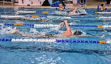 Sportowe style pływackie Sportowa technika pływania: – Stylem klasycznym – Stylem dowolnym – Stylem grzbietowym