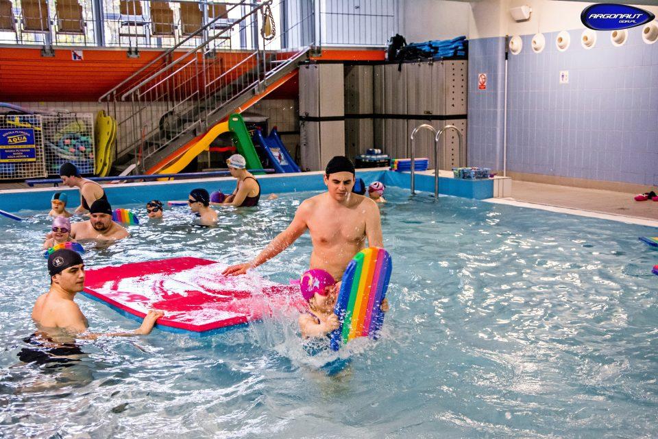 Zapraszamy na rodzinne zajęcia nauki pływania dostosowane do możliwości dziecka podczas których najmłodsi oswoją się ze środowiskiem wodnym
